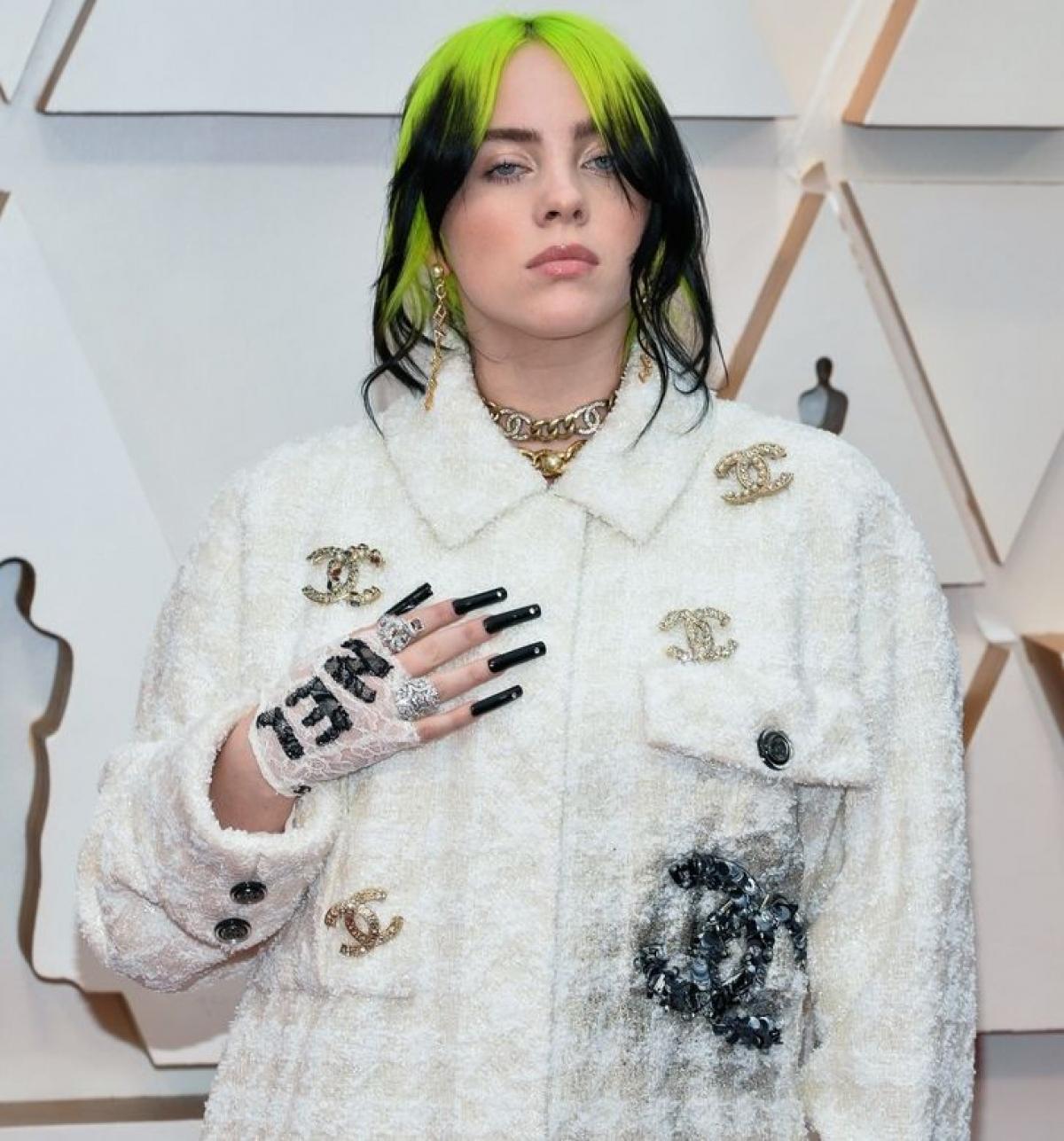 Tại lễ trao giải Oscar 2020, nữ ca sĩ Billie Eilish diện mộtbộ quần áo dài củaChanel.Billie thườngtuyên bốrằng cô ấy thích chọn những bộ quần áo rộng rãi, thoải mái và đó là lý do tại sao lựa chọn này của cô ấy không quá ngạc nhiên.