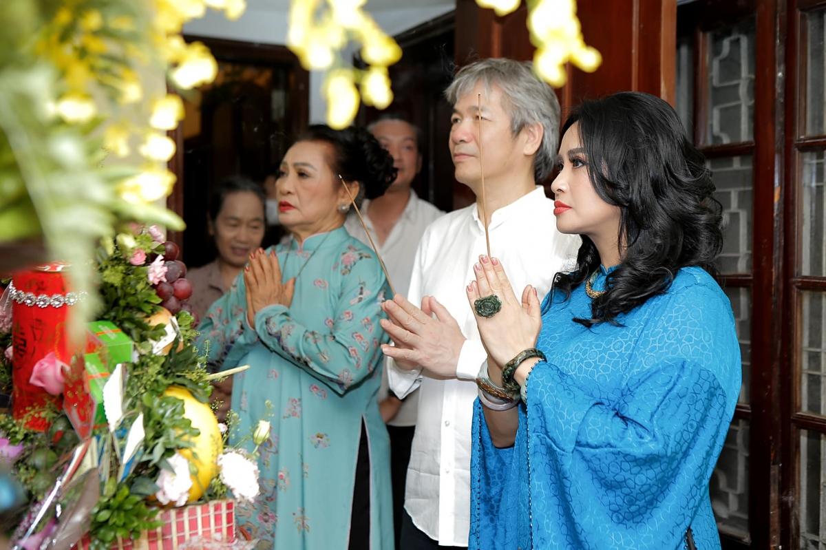 Trong lễ dạm ngõ, ca sĩ Thanh Lam diện áo dài lụa màu xanh đơn giản. Bạn trai cô giản dị với sơ mi trắng. Cặp đôi thắp hương lên bàn thờ gia tiên trước sự chứng kiến của hai gia đình.