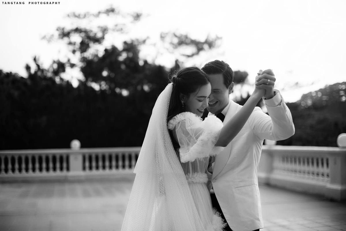 Trong ảnh, cả hai cùng nhau khiêu vũ với nụ cười hạnh phúc, chứng minh tình yêu viên mãn.