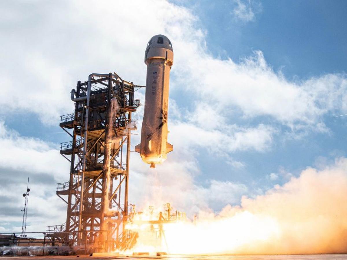 Jeff Bezos và anh trai Mark sẽ bay trên chuyến bay chở khách đầu tiên từ công ty du lịch vũ trụ Blue Origin của người giàu nhất thế giới.