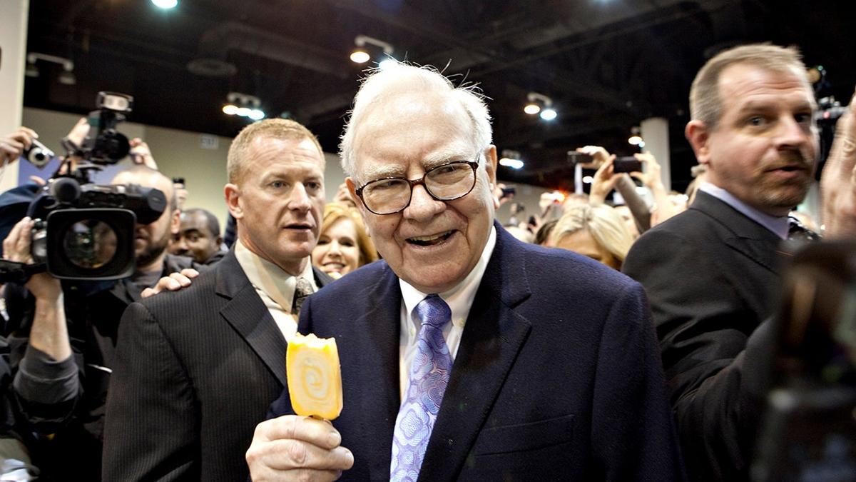 """Dù rất giàu có nhưng tỷ phú Warren Buffett vẫn ăn những món ăn """"bình dân"""", dùng phiếu giảm giá và ở trong ngôi nhà không quá xa hoa."""