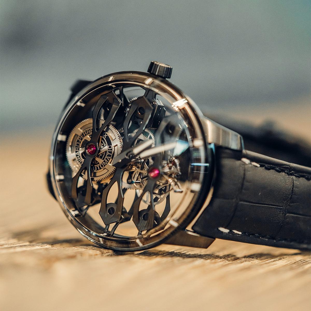 Bên trong khung là ba cây cầu bắc qua mặt số, gợi nhớ tới mẫu đồng hồ bỏ túi thế kỷ 19 đặc trưng của Girard-Perregaux.