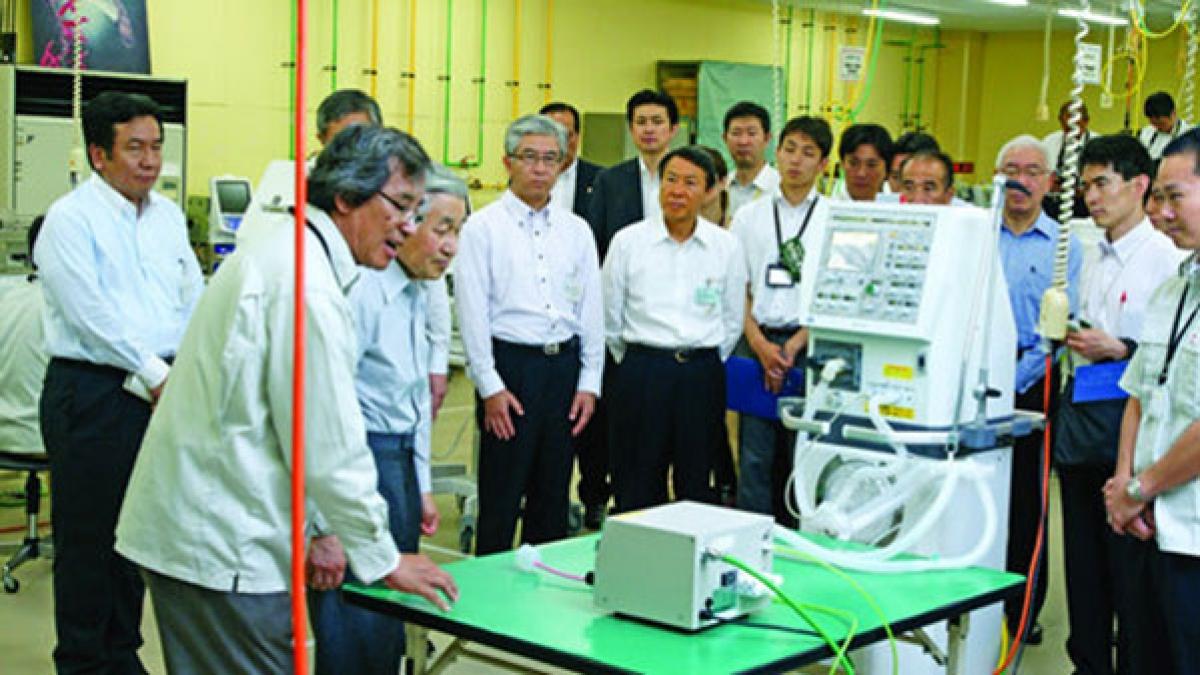 Ông Trần Ngọc Phúc trình bày với Nhật Hoàng Akihito về máy thở của Metran (ảnh: NVCC)