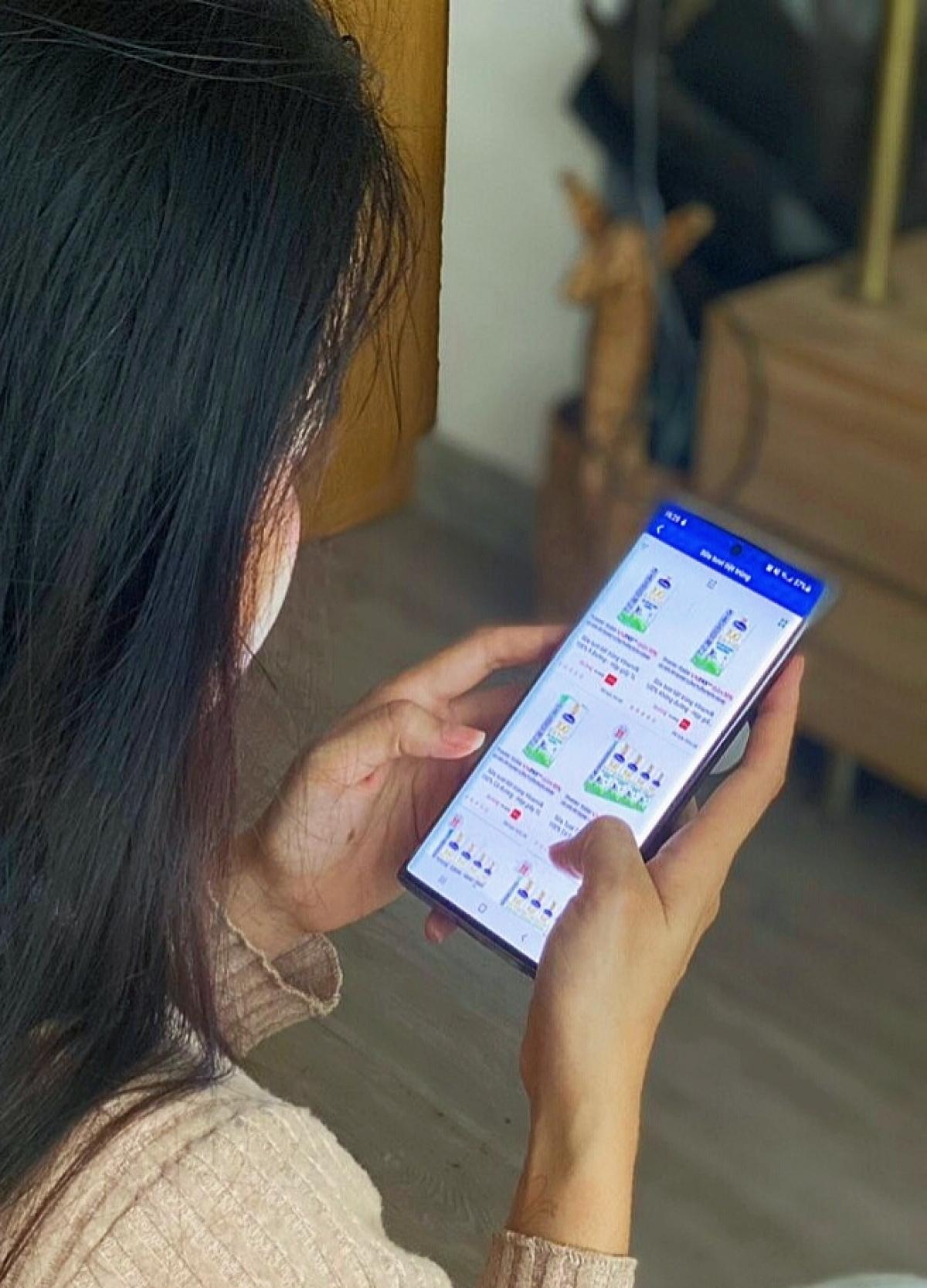 """Mua sản phẩm Vinamilk thông qua ứng dụng """"Giấc mơ sữa Việt"""" giúp các mẹ an tâm giãn cách xã hội."""