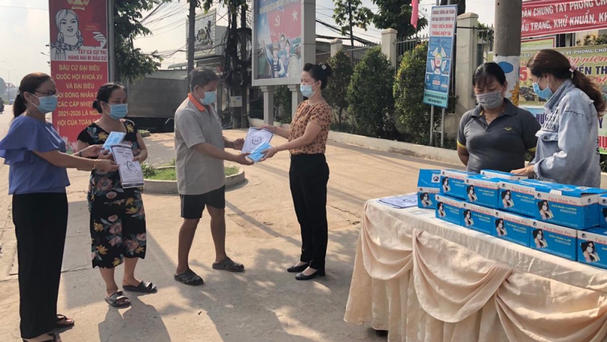 Hội Phụ nữ phường Khánh Bình, thị xã Tân Uyên phát khẩu trang miễn phí và tờ rơi tuyên truyền phòng dịch Covid-19 đến người dân