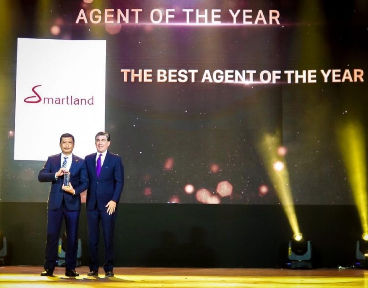 """Ông Đặng Quốc Việt - TGĐ Smartland (trái) nhận giải thưởng """"Đại lý xuất sắc nhất năm 2020"""" dự án The River Thu Thiem"""