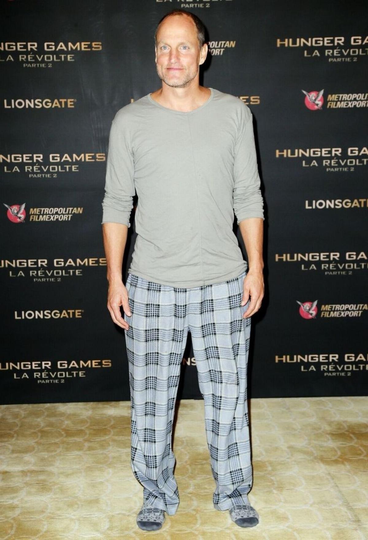 """Woody Harrelson đến buổi công chiếu """"The Hunger Games: Mockingjay - Part 2"""" vớibộ đồ ngủ và đi tất."""