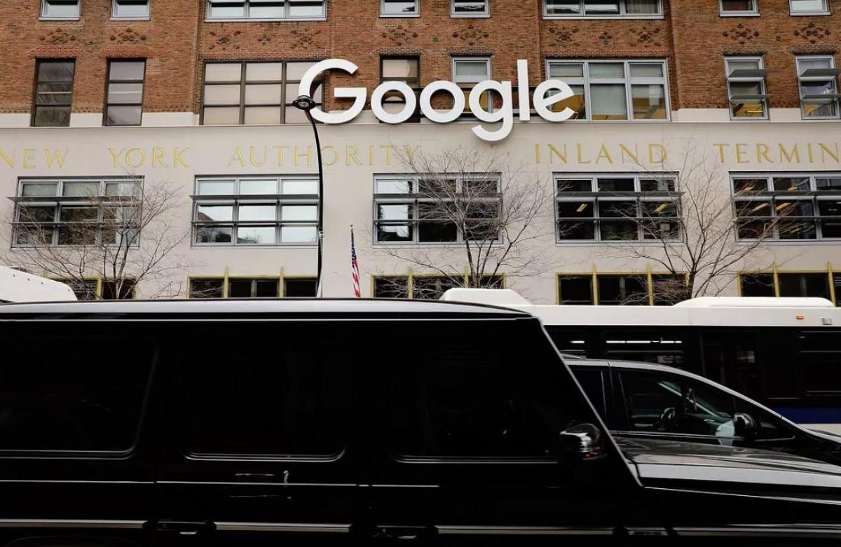 Nhiều nhân viên Google cũng cho rằng công ty này đang làm quá khi thu thập dữ liệu, khiến người dùng bỏ qua sử dụng iPhone. Ảnh: Reuters.