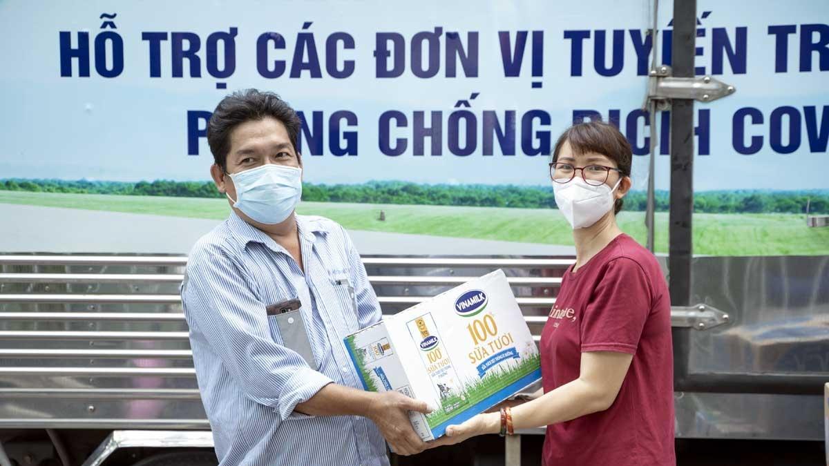 Đại diện Trung tâm Y tế quận Gò Vấp (bên phải) đại diện nhận các sản phẩm và sẽ nhanh chóng chuyển đến các y bác sĩ, nhân viên y tế đang làm nhiệm vụ.