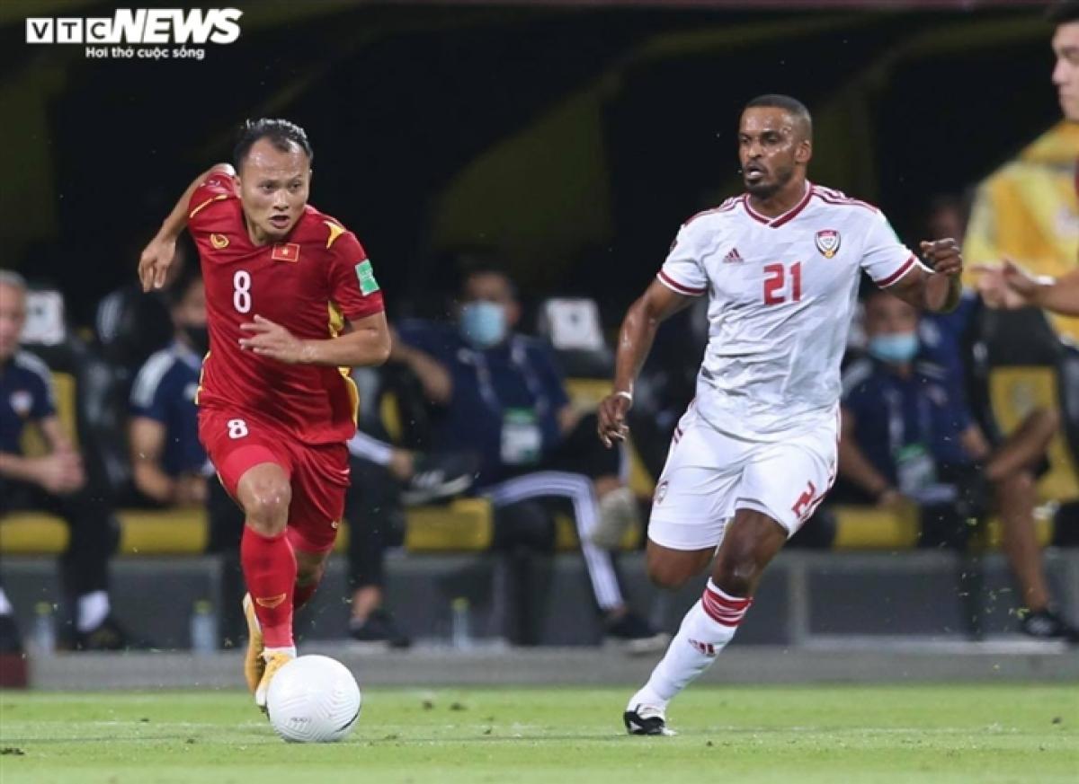 Trọng Hoàng trở lại nhưng không giúp hàng thủ Việt Nam đứng vững trước UAE. (Ảnh: L.T)