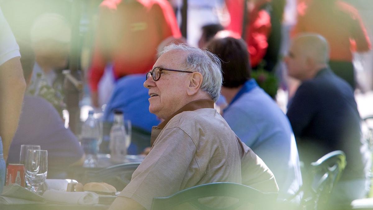 """Khi nói chuyện với bố vợ về những kế hoạch trong tương lai lúc mới cầu hôn vợ, ông Warren Buffett bị """"chê"""", thậm chí, bố vợ còn quả quyết rằng Warren Buffett sẽ thất bại."""