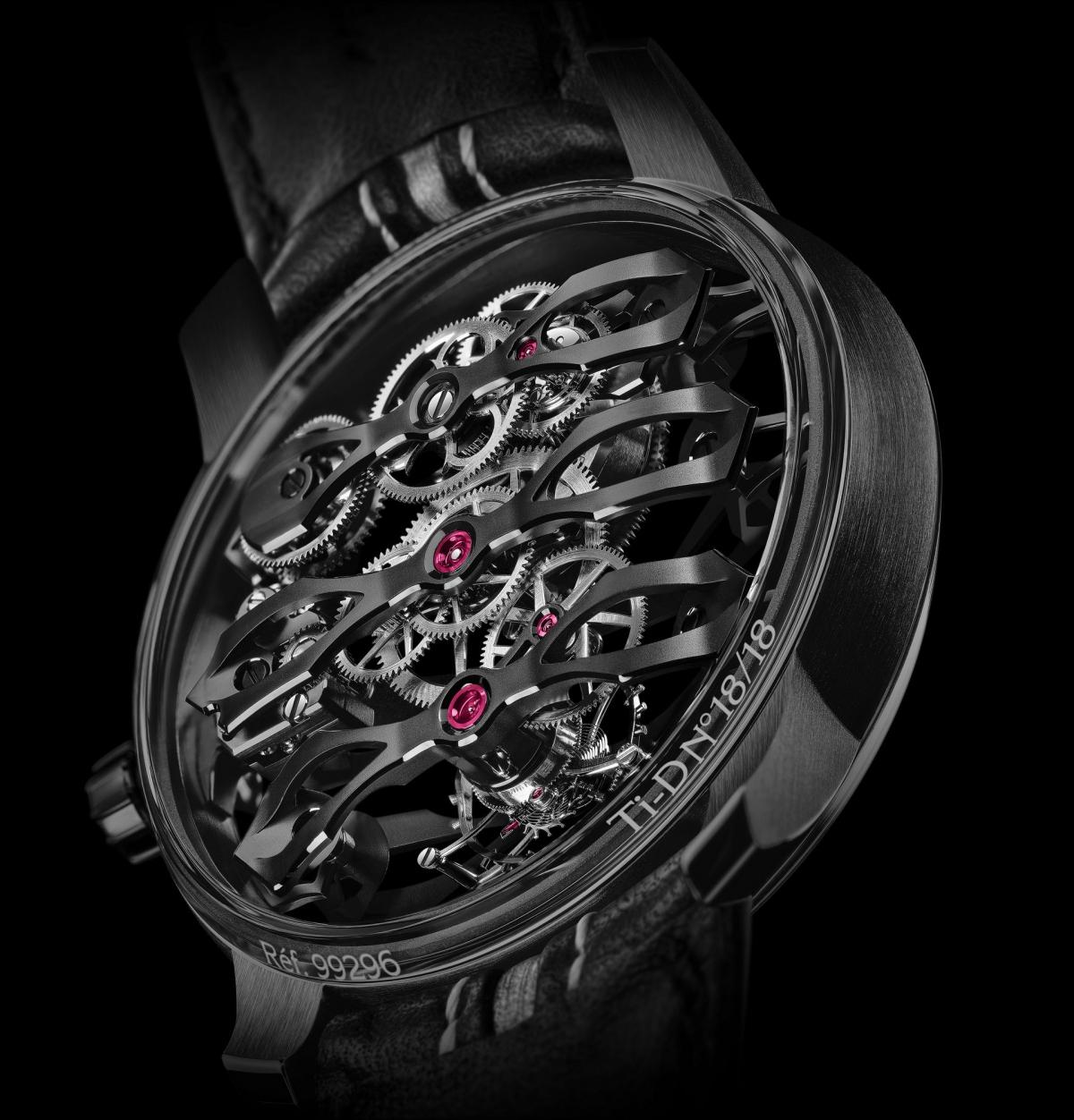Có lẽ điểm nhấn quan trọng của mẫu đồng hồ này là việc không có mặt số truyền thống, và hoàn toàn trong suốt, để lộ ra bộ máy phức tạp bên trong.