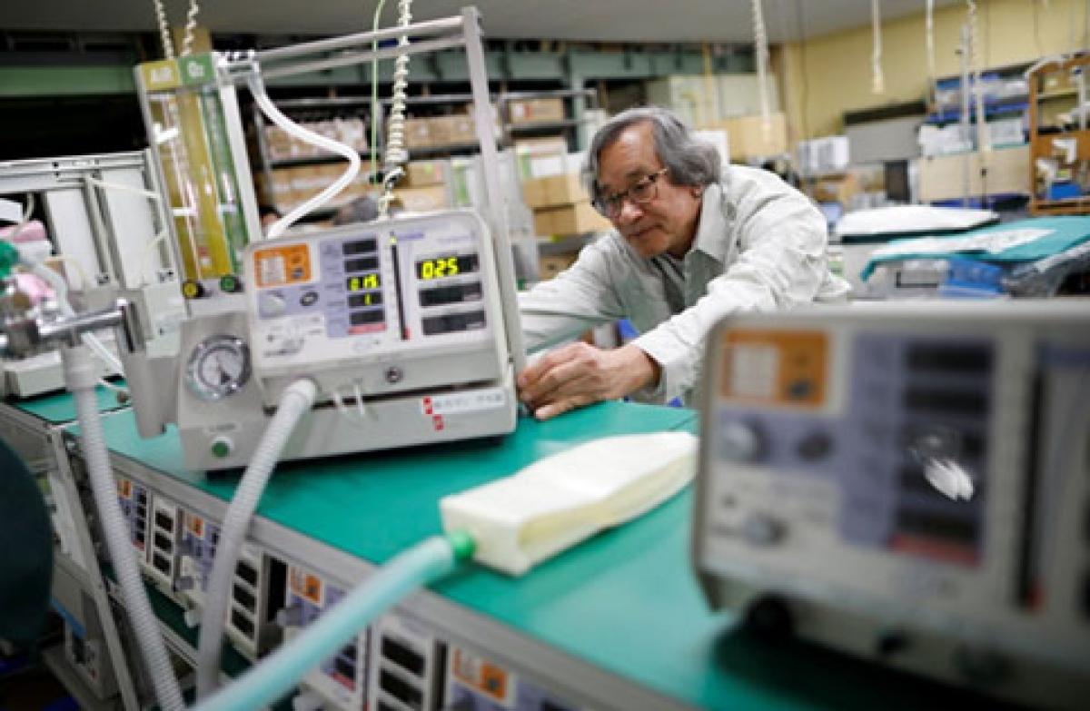 Ông Trần Ngọc Phúc và máy thở điều trị COVID-19(ảnh:Reuters)