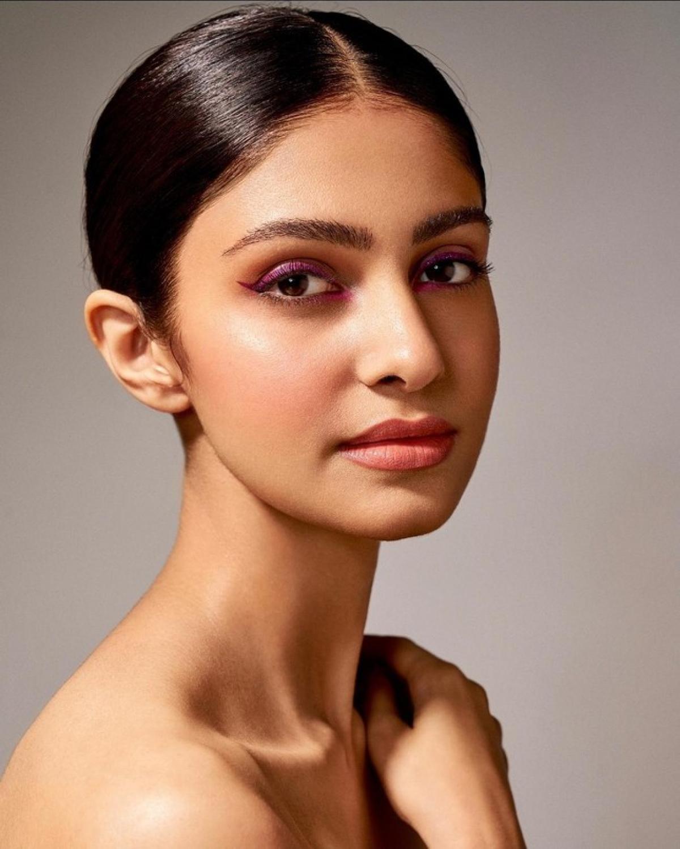 Manasa Varanasi cao 1,76m, năm nay 23 tuổi. Cô tốt nghiệp ngành Khoa học máy tính ở Trường cao đẳng Kỹ thuật Vasavi (Vasavi College of Engineering), Ấn Độ và hiện đang là kỹ sư.