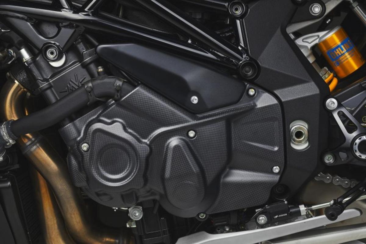 Sức mạnh này đến từ khối động cơ 4 xi lanh thẳng hàng 998 cc với DOHC và 16 van, được làm mát cả bằng chất lỏng và dầu.