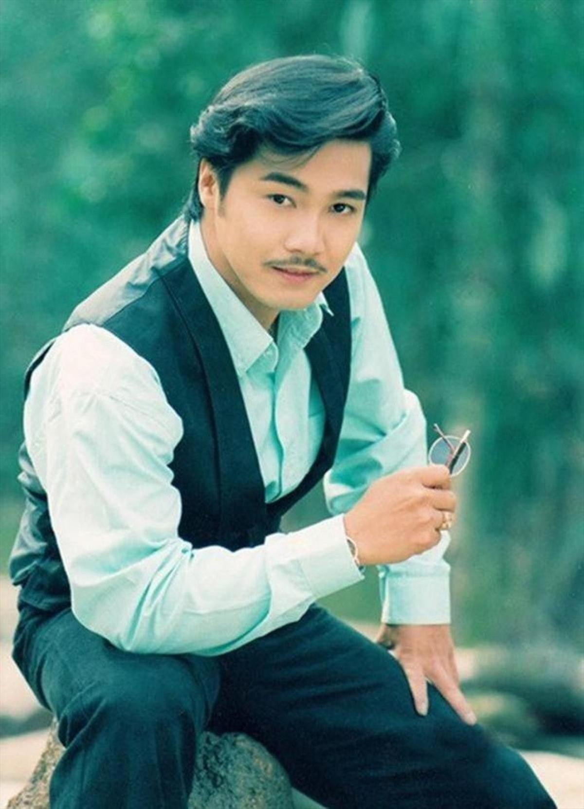 Lý Hùng sinh năm 1969 trong một gia đình có truyền thống nghệ thuật.