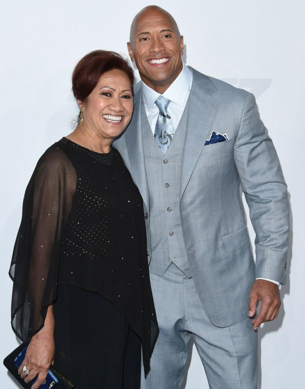 Dwayne Johnson và mẹ tại một buổi ra mắt phim, 2015