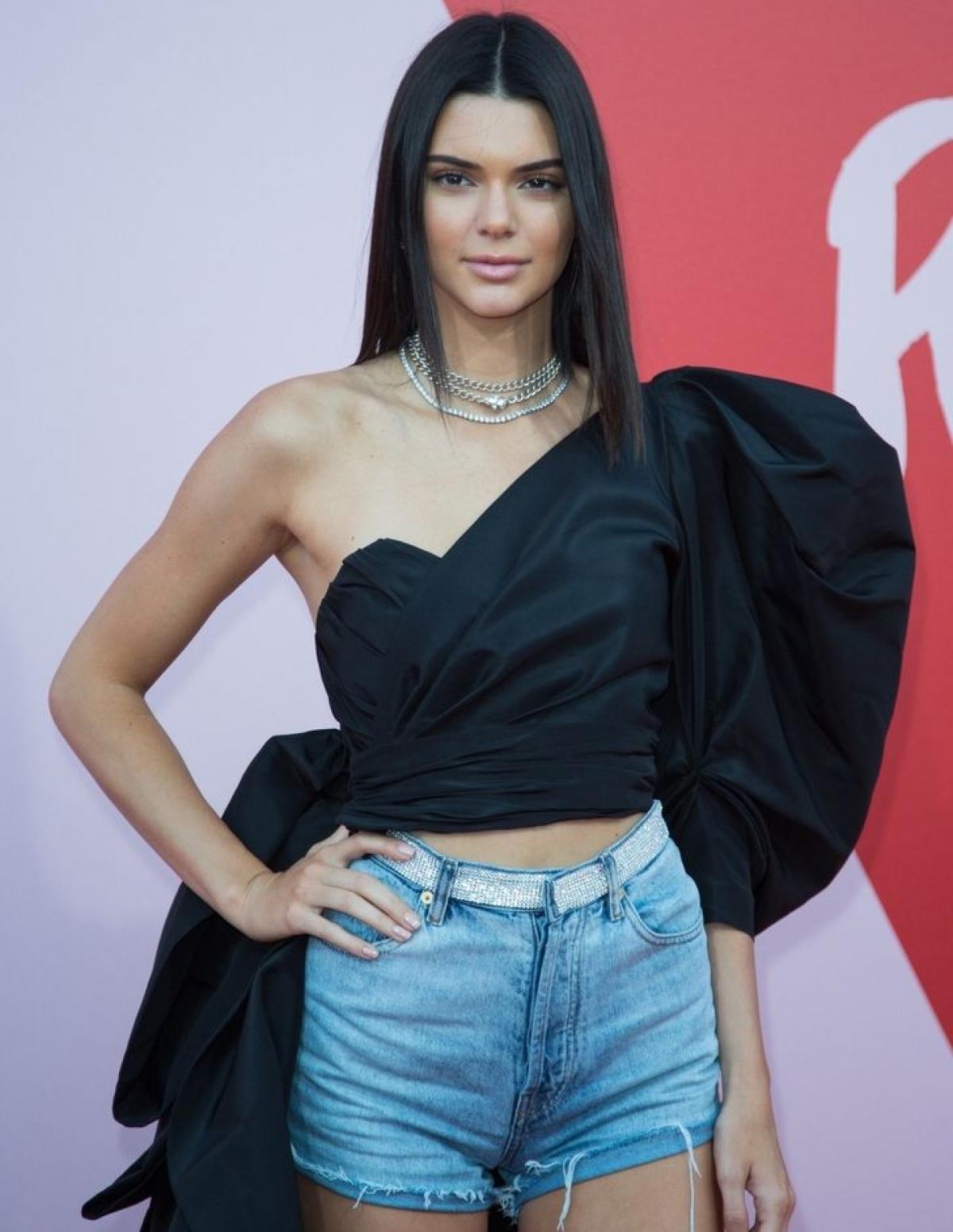 Kendall Jenner xuất hiện trên thảm đỏ Liên hoan phim Cannes 2017 với trang phục quần short denim kết hợp với áo lệch vai của Alexandre Vauthier kèm một số phụ kiện.