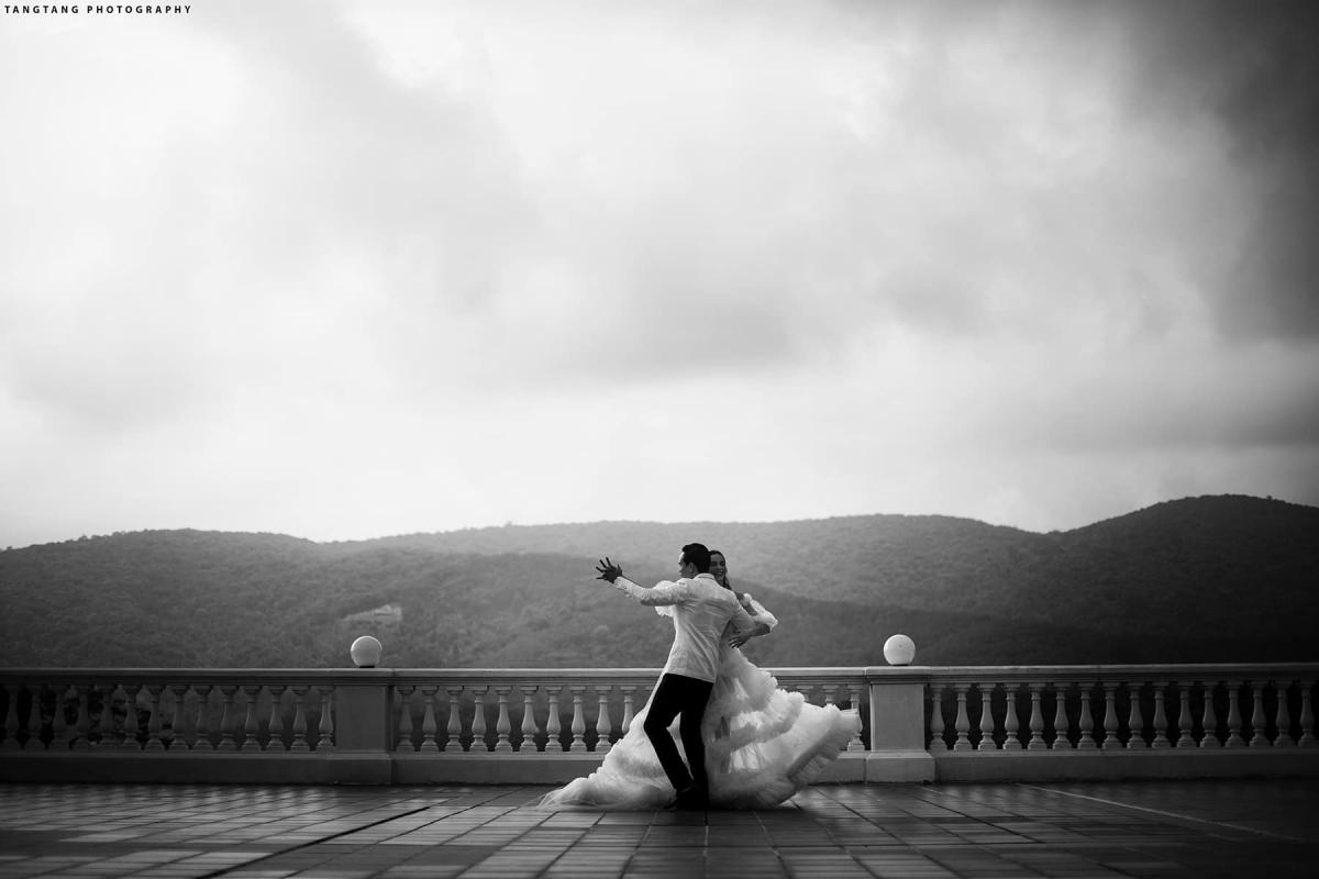 """Kim Lý cũng nhắn nhủ những lời yêu thương đến vợ. """"Tình cảm chúng ta bền chặt hơn mỗi ngày. Thấu hiểu, bao dung là chìa khóa cho cuộc sống hôn nhân của anh và em. Đừng bao giờ giận dỗi đi ngủ mà hãy luôn hôn và ôm nhau nhiều nhất có thể, em nhé"""", nam diễn viên tâm sự."""
