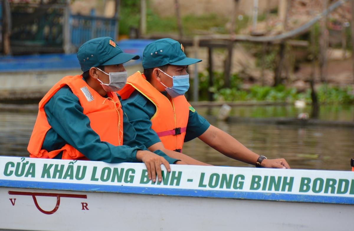 Cán bộ, chiến sỹ Đồn Biên phòng Cửa khẩu Long Bình tuần tra trên sông.
