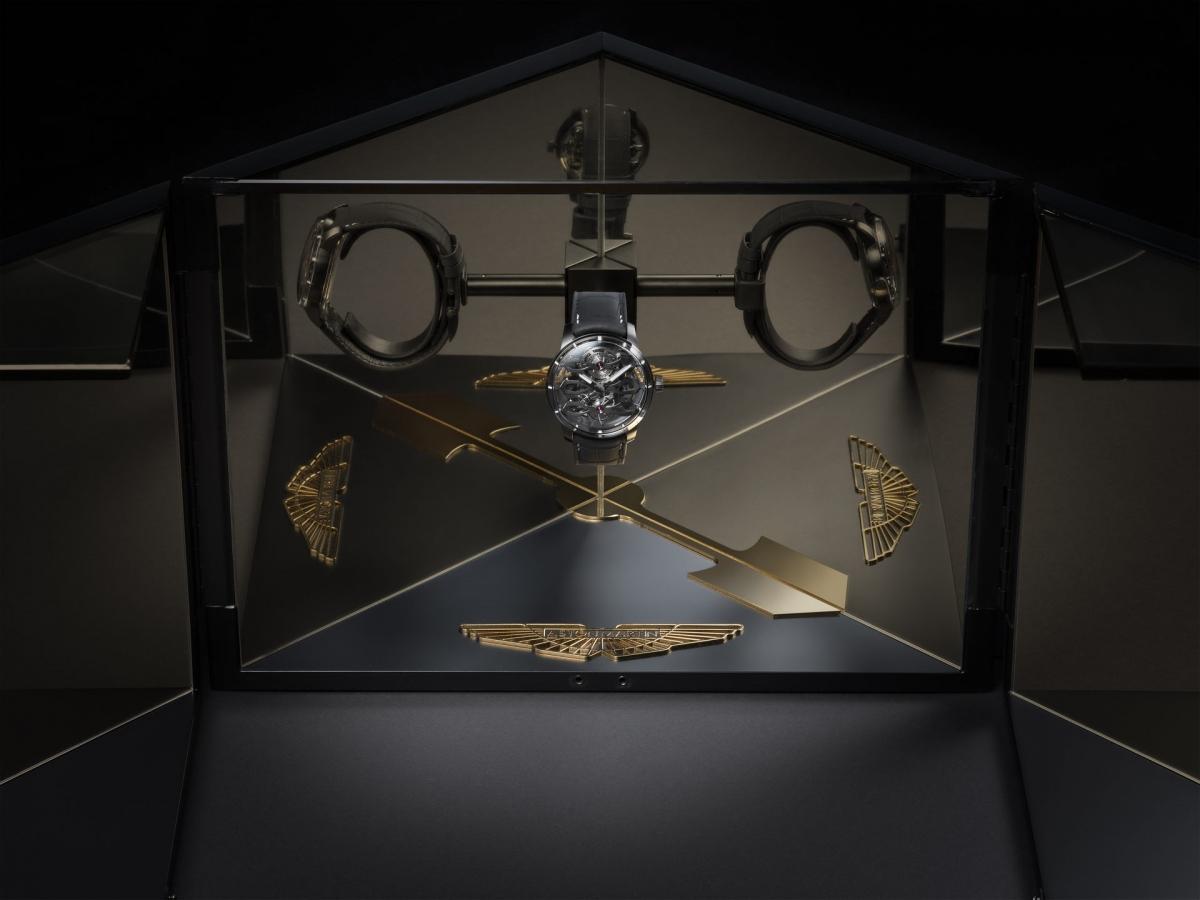 Mẫu đồng hồ này cũng có tourbillon đường kính 10mm, bao gồm 79 thành phần có trọng lượng chung chỉ 0,25 gram. Những trang bị quan trọng khác bao gồm một rô-tơ siêu nhỏ bằng vàng trắng, một hộp tinh thể sapphire và tên Aston Martin được khắc trên sườn dọc của rô-tơ siêu nhỏ, đã được xử lý phát quang màu trắng, sẽ phát sáng xanh lang trong điều kiện ánh sáng yếu.