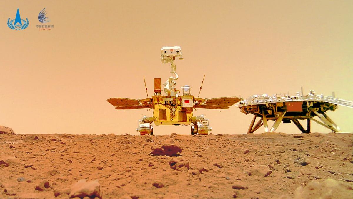 """Ảnh """"selfie"""" của robot tự hành Zhurong (trái) và bục hạ cánh. Ảnh: CNSA"""