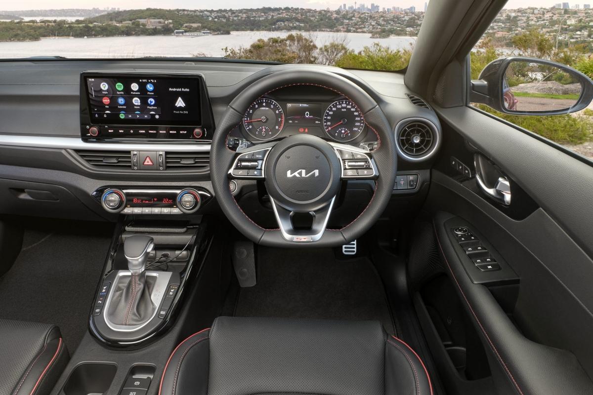 Những tính năng chính của chiếc Cerato S bao gồm đèn LED ban ngày, đèn định vị LED, đèn phanh LED trên cao, mâm thép 16 inch, màn hình thông tin giải trí 8 inch với hỗ trợ kết nối Android Auto và Apple CarPlay không dây, màn hình công cụ TFT LCD 4,2 inch, khởi hành xe từ xa, hỗ trợ giữ làn, cảnh báo chú ý cho người lái, cảnh báo hành khách ngồi sau và hỗ trợ chùm sáng cao. Hệ thống âm thanh 6 loa tiêu chuẩn.