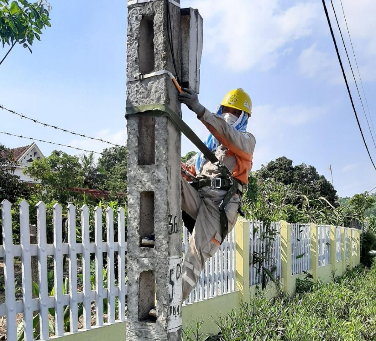 Khắc phục sự cố lưới điện trong những ngày nắng nóng.