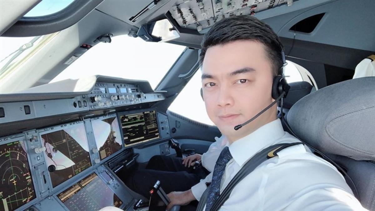 Hà Duy hiện gắn bó với công việc phi công.