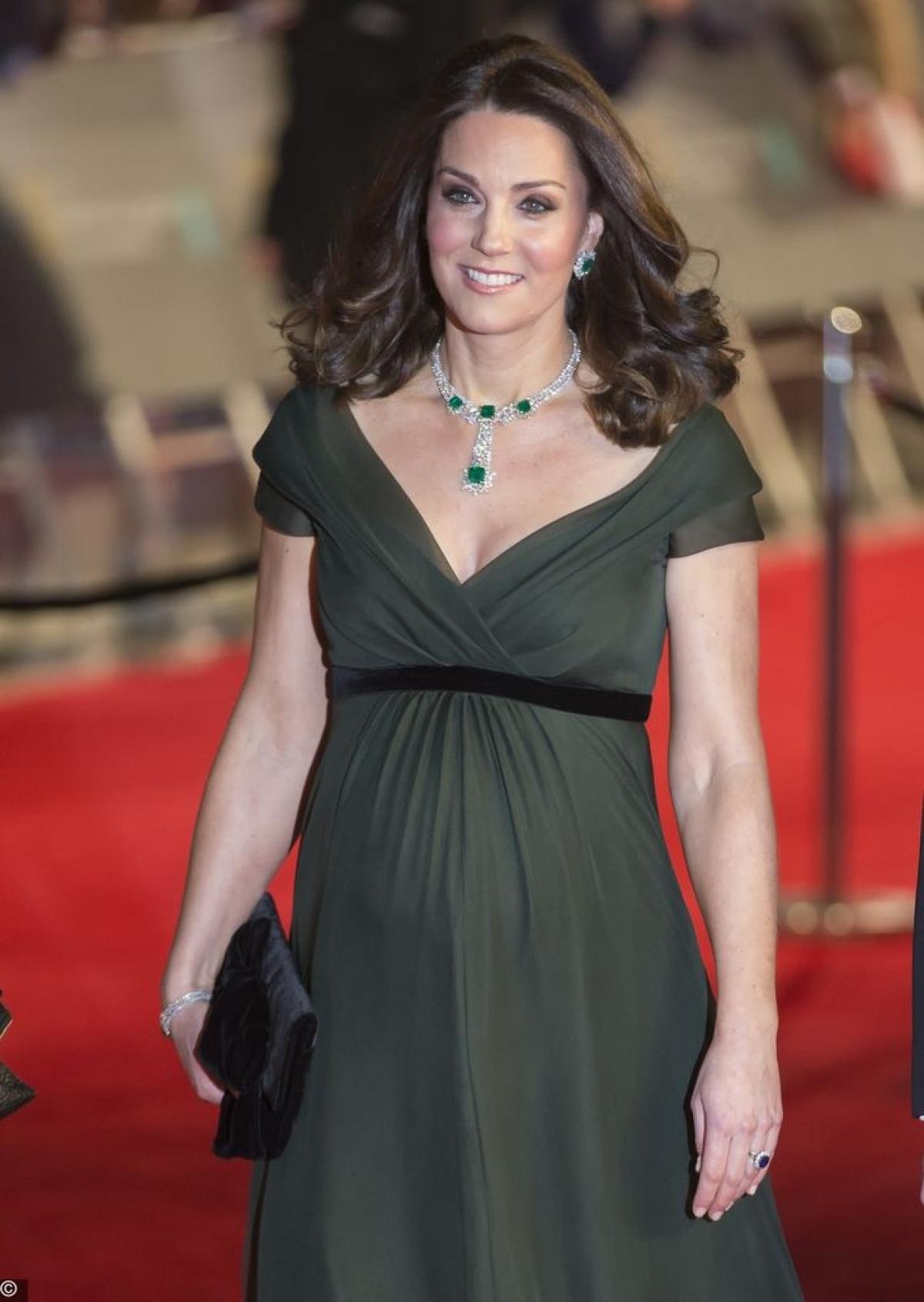 Lễ trao giải BAFTA-2018 yêu cầu người đến dự mặc trang phục màu đen, nhưng Công nương Kate Middleton đã bỏ qua quy định này.Tuy nhiên,chiếc váycủa nhà thiết kế Jenny Packhamvẫn mang màu trầm.
