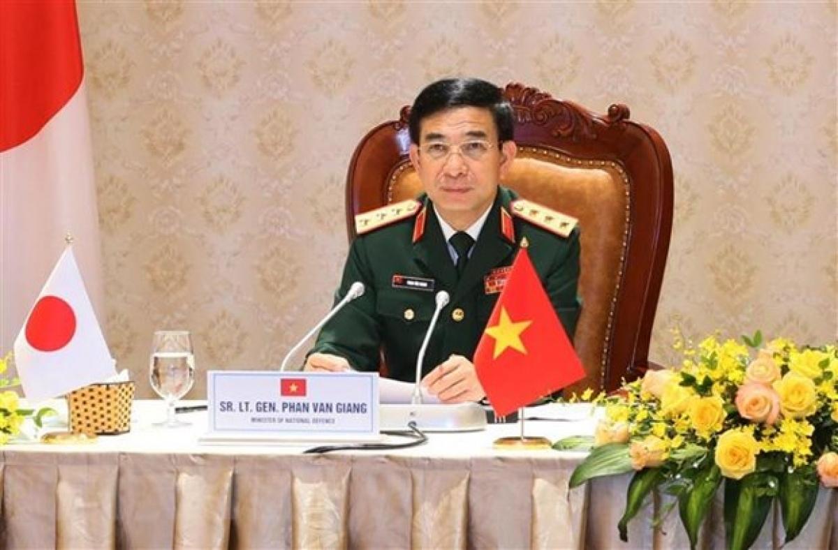 Bộ trưởng Bộ Quốc phòng Việt Nam Thượng tướng Phan Văn Giang hội đàm trực tuyến với Bộ trưởng Bộ Quốc phòng Nhật Bản Kishi Nobuo. (Ảnh: TTXVN phát)