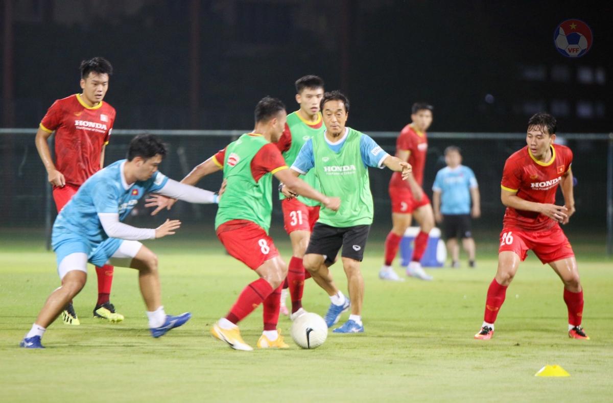 Ở buổi tập này,HLV Park Hang Seo chia lực lượng đội tuyển thành 2 nhóm. Nhóm thứ nhất là các cầu thủ đá chính hoặc thi đấu trong phần lớn thời gian trận đấu và nhóm thứ hai là các cầu thủ còn lại. Nhóm thứ nhất chỉ đi bộ quanh sân để thư giãn gân cốt, trong khi nhóm thứ hai có khối lượng vận động khá cao.