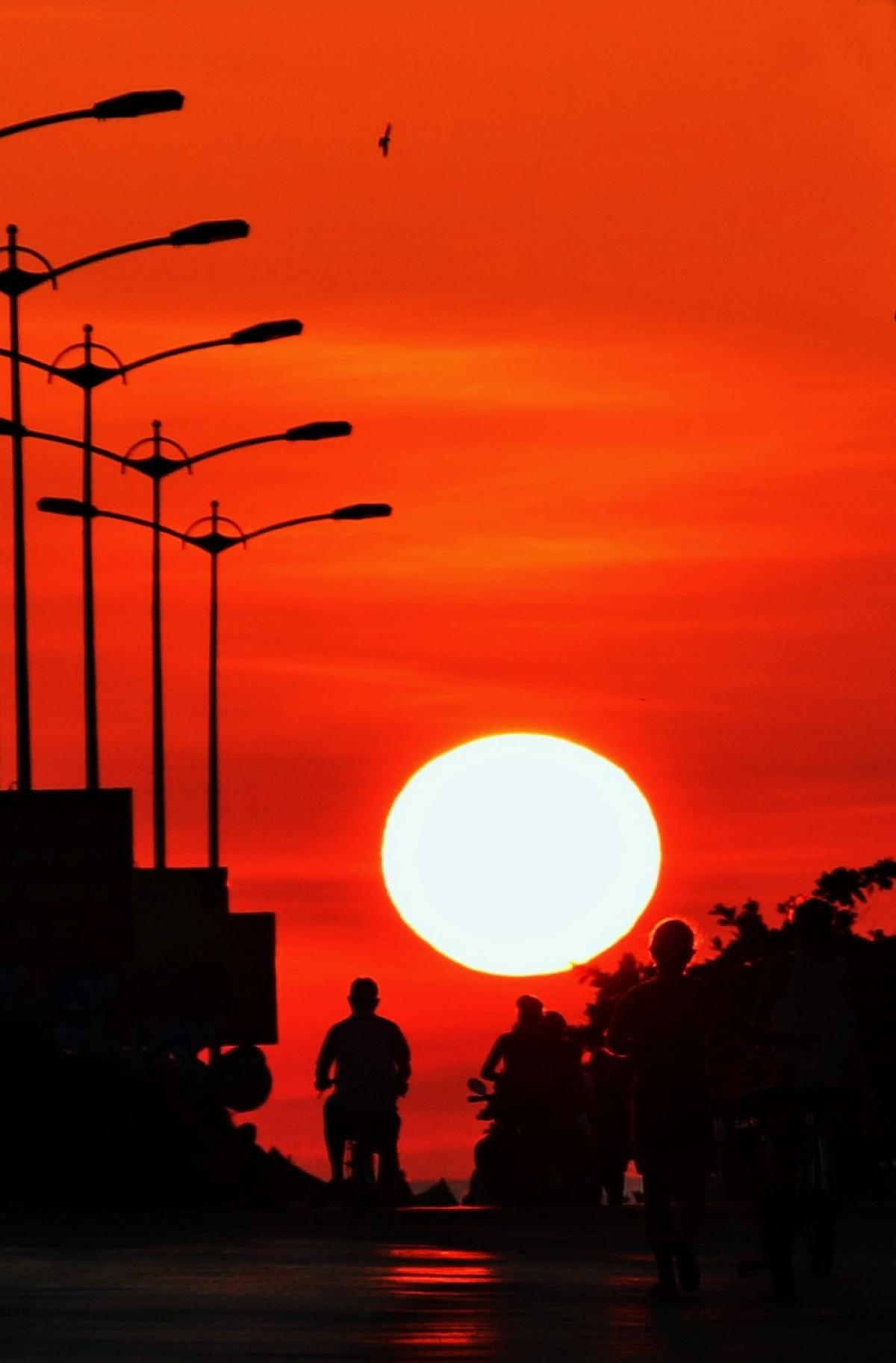 Một cánh chim liệng phía trên những người chạy bộ, đạp xe tập thể dục buổi sáng ở TP.Tuy Hòa, tỉnh lỵ của Phú Yên. Mặt trời mọc rất to, nhưng ánh nắng đầu ngày chưa đủ gay gắt, tạo ra quang cảnh có thể gọi du khách bật dậy khỏi giường.