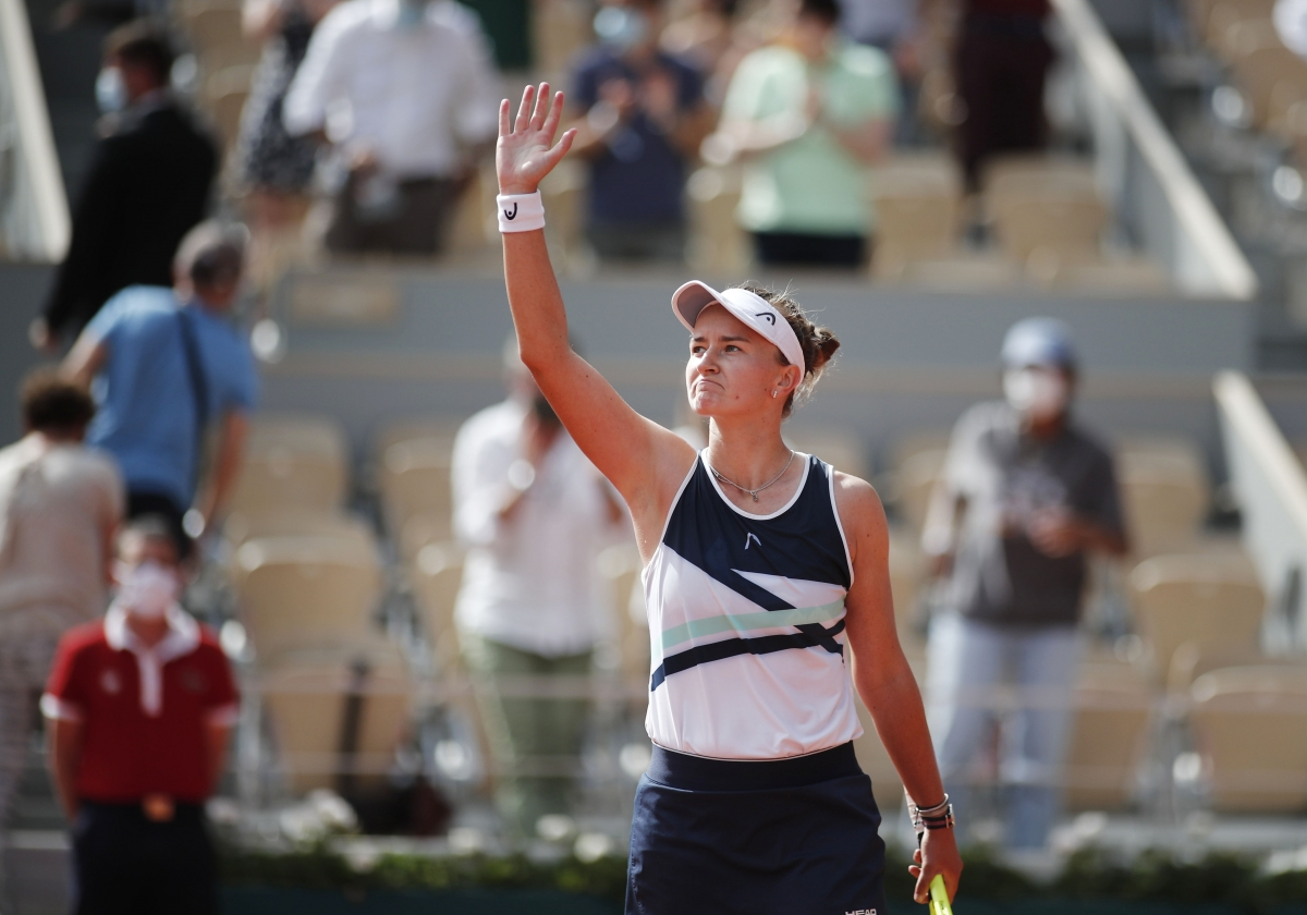 Với sự nhỉnh hơn ở những thời điểm quyết định,Barbora Krejcikova đã giành chiến thắng 2-1 sau 1h58 phút thi đấu.