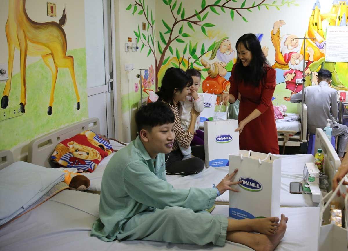 Đại diện Vinamilk trong một buổi đến thăm các bệnh nhi tại Viện tim Hà Nội.