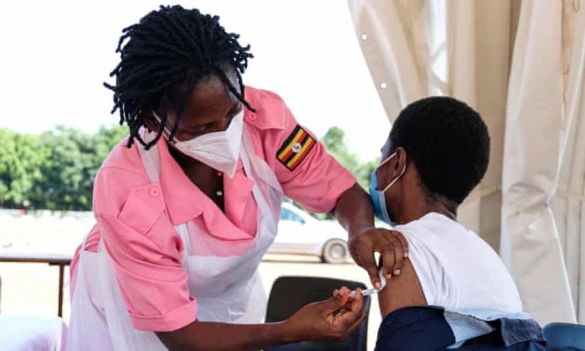 Tiêm vaccine Covid-19 ở thành phố Kampala, Uganda. Ảnh: Shutterstock
