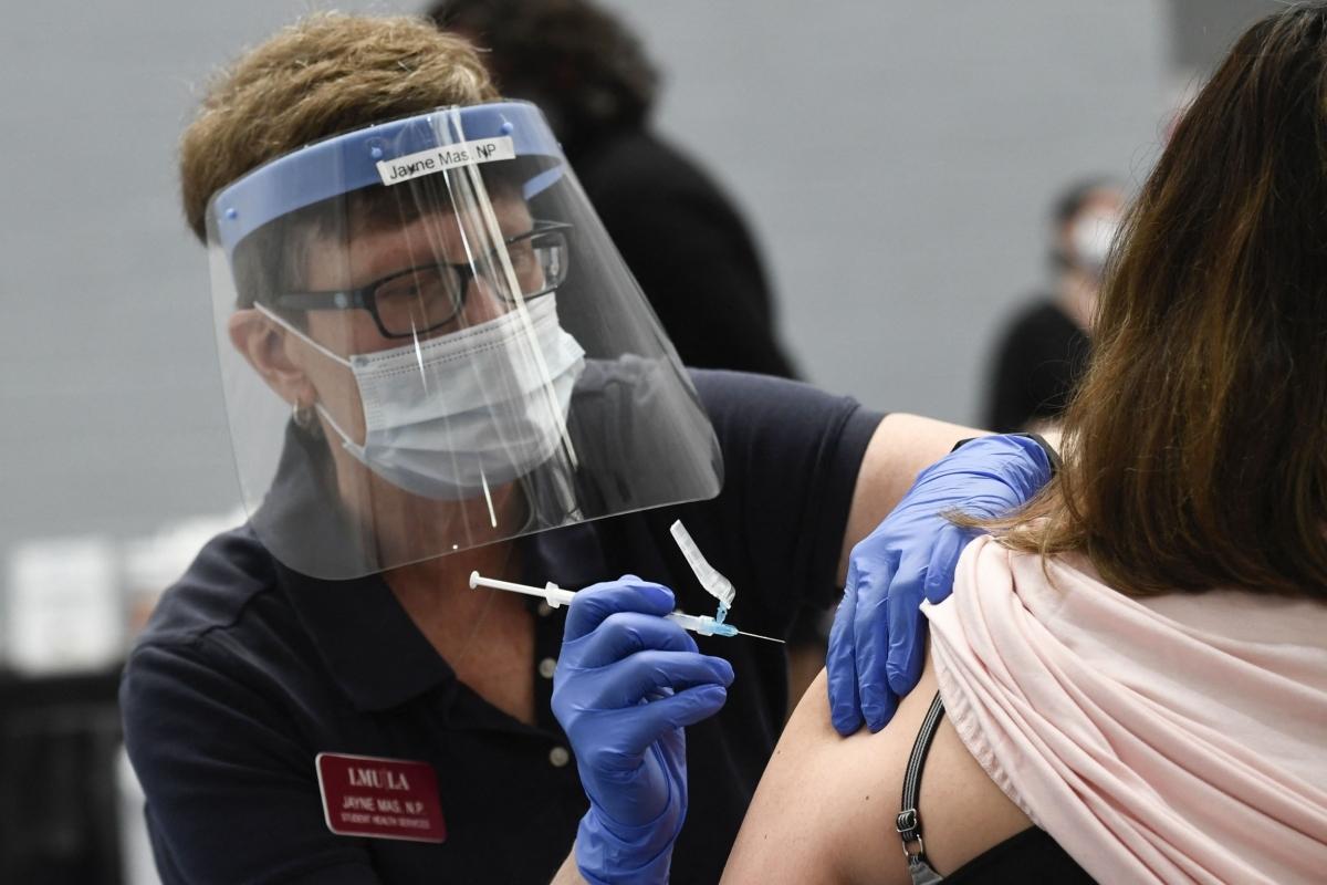 Tiêm vaccine Covid-19 tại điểm tiêm chủng ở Đại học Loyola Marymount ở Los Angeles (Mỹ) ngày 8/3. Ảnh: Getty Images