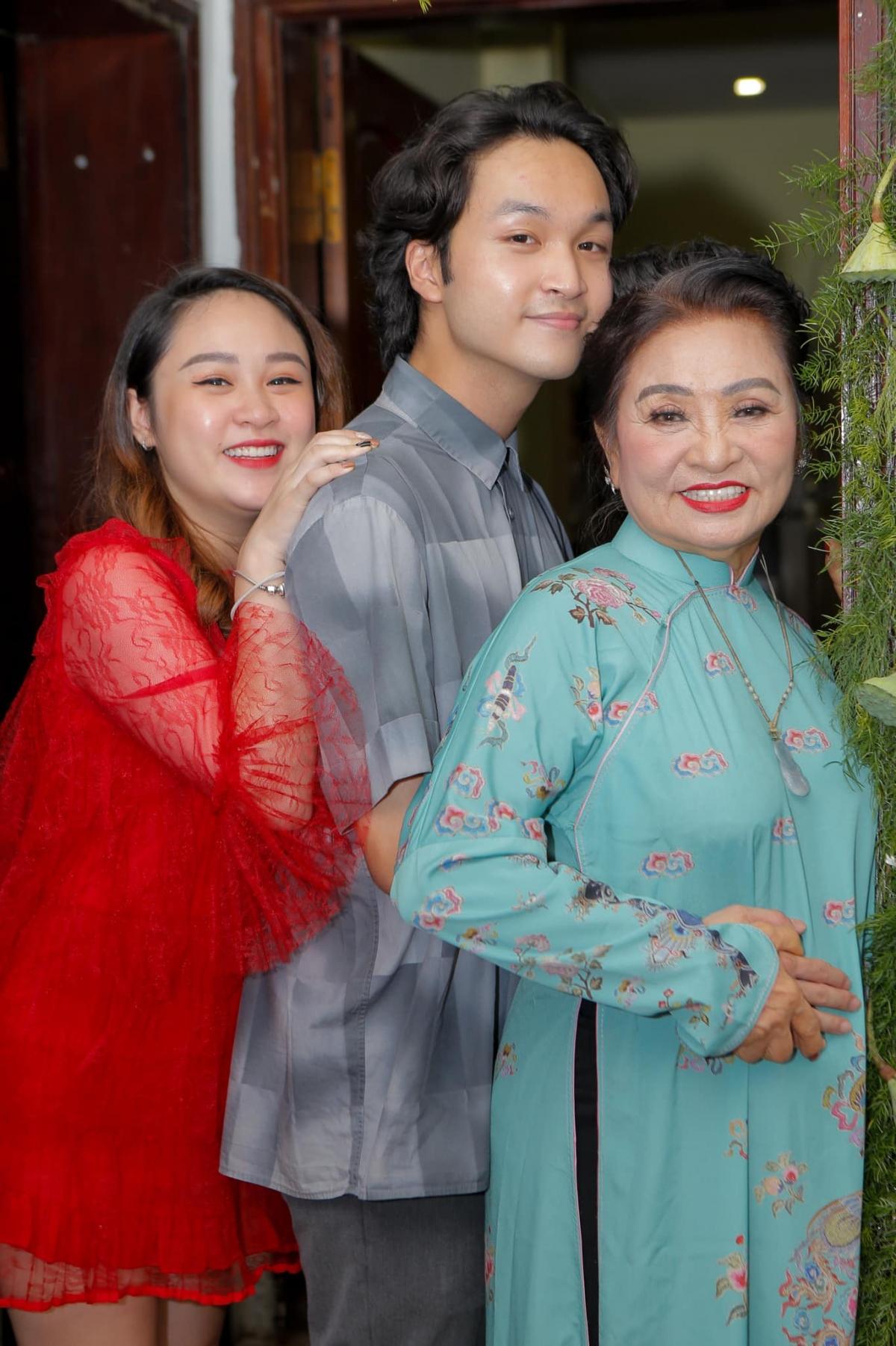 Mẹ ruột, con gái Thiện Thanh và con trai Đăng Quang cũng có mặt để chúc phúc cho nữ ca sĩ.