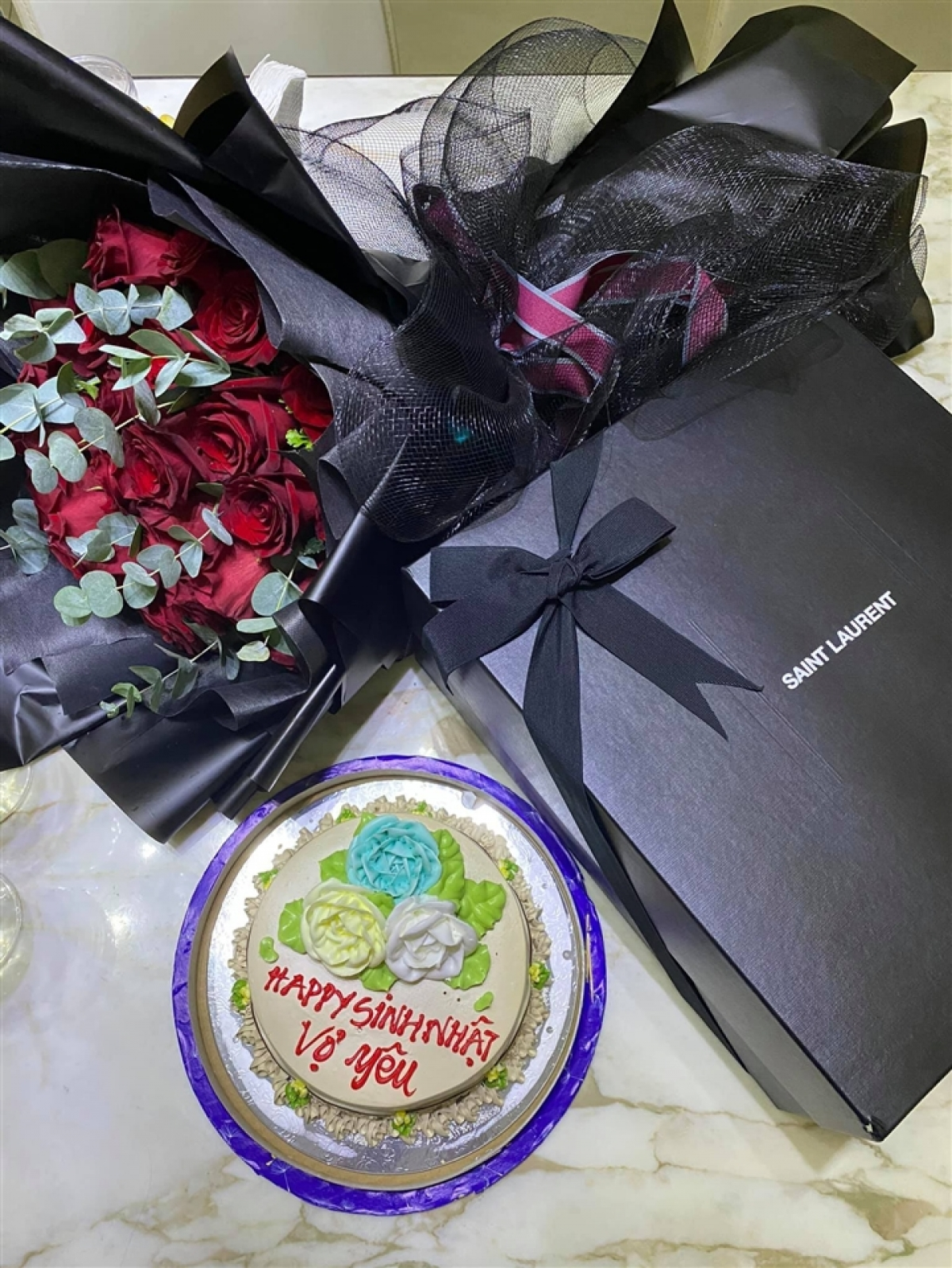 Cô cũng chia sẻ hình ảnh bánh sinh nhật và món quà của Trần Bảo Sơn tặng mình.