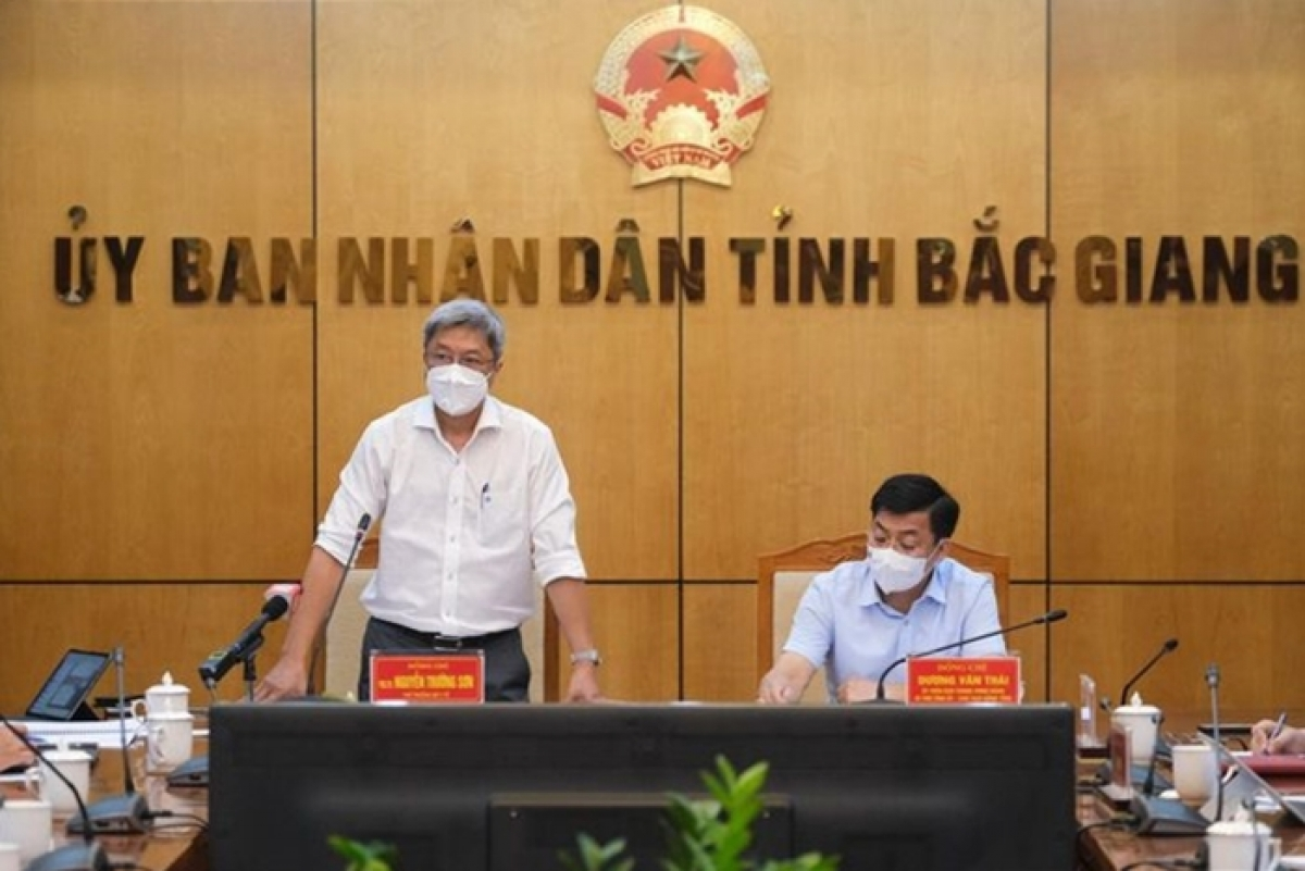Thứ trưởng Nguyễn Trường Sơn (bìa trái) - Trưởng Bộ phận thường trực đặc biệt của Bộ Y tế tại Bắc Giang, cùngBí thư Tỉnh ủy Bắc Giang Dương Văn Thái trong cuộc họp phòng chống, dịch COVID-19. (Ảnh: Bộ Y tế)