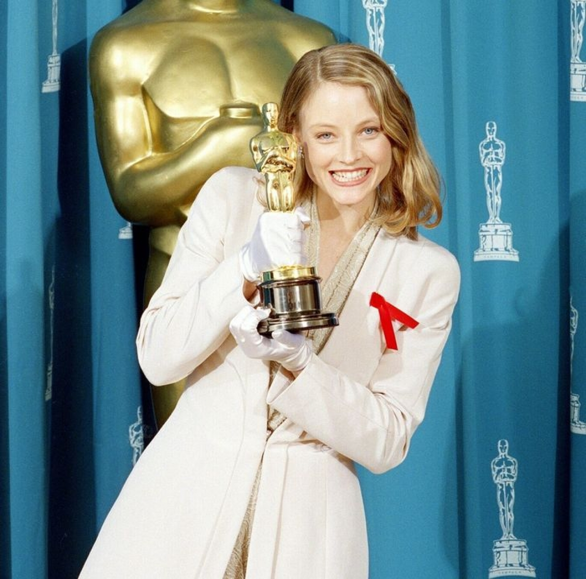 """Nữ diễn viên từng đoạt giải Oscar năm 1992 cho vai diễn trong bộ phim """"The Silence of the Lambs"""" đã từ chối mặc váy dạ hội tới buổi lễ.Jodie Foster được nhớ đến với bộ trang phục thanh lịch - mộtbộ quần dàivới găng tay lụa của Armani."""