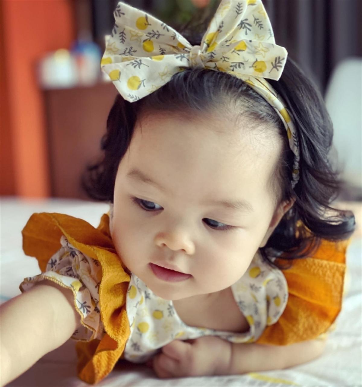 Kendall Trần được coi là bản sao của diễn viên Trần Bảo Sơn. Cô bé có mái tóc xoăn và gương mặt bầu bĩnh, đáng yêu.