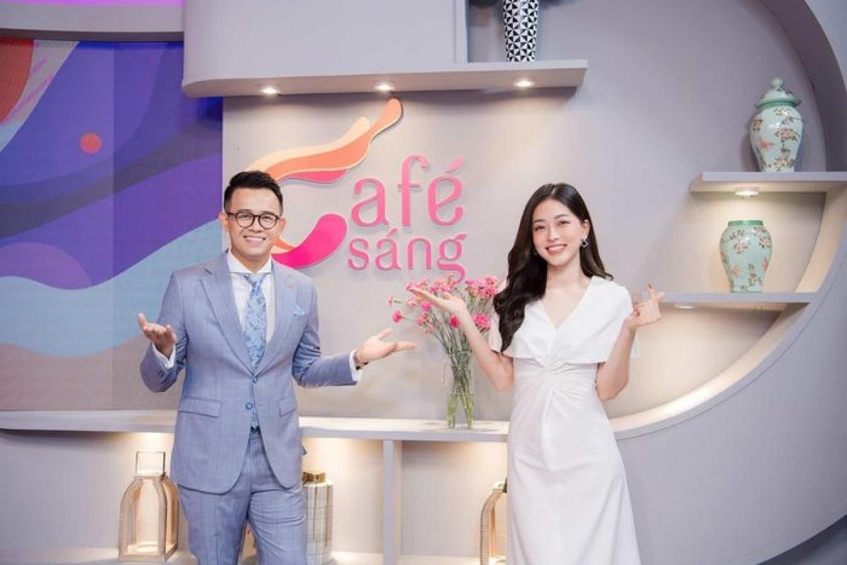 Á hậu Phương Nga cùng MC Đức Bảo trong chương trình Cafe Sáng trên VTV3.