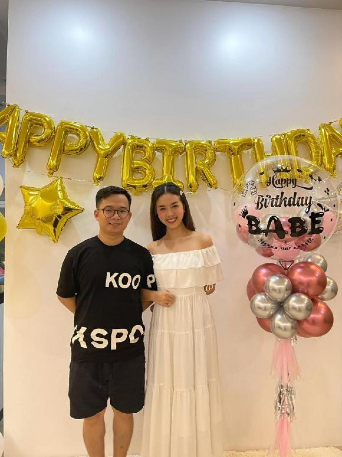 Á hậu Việt Nam 2018 diện bộ váy trắng giản dị, khoe vai trần quyến rũ.