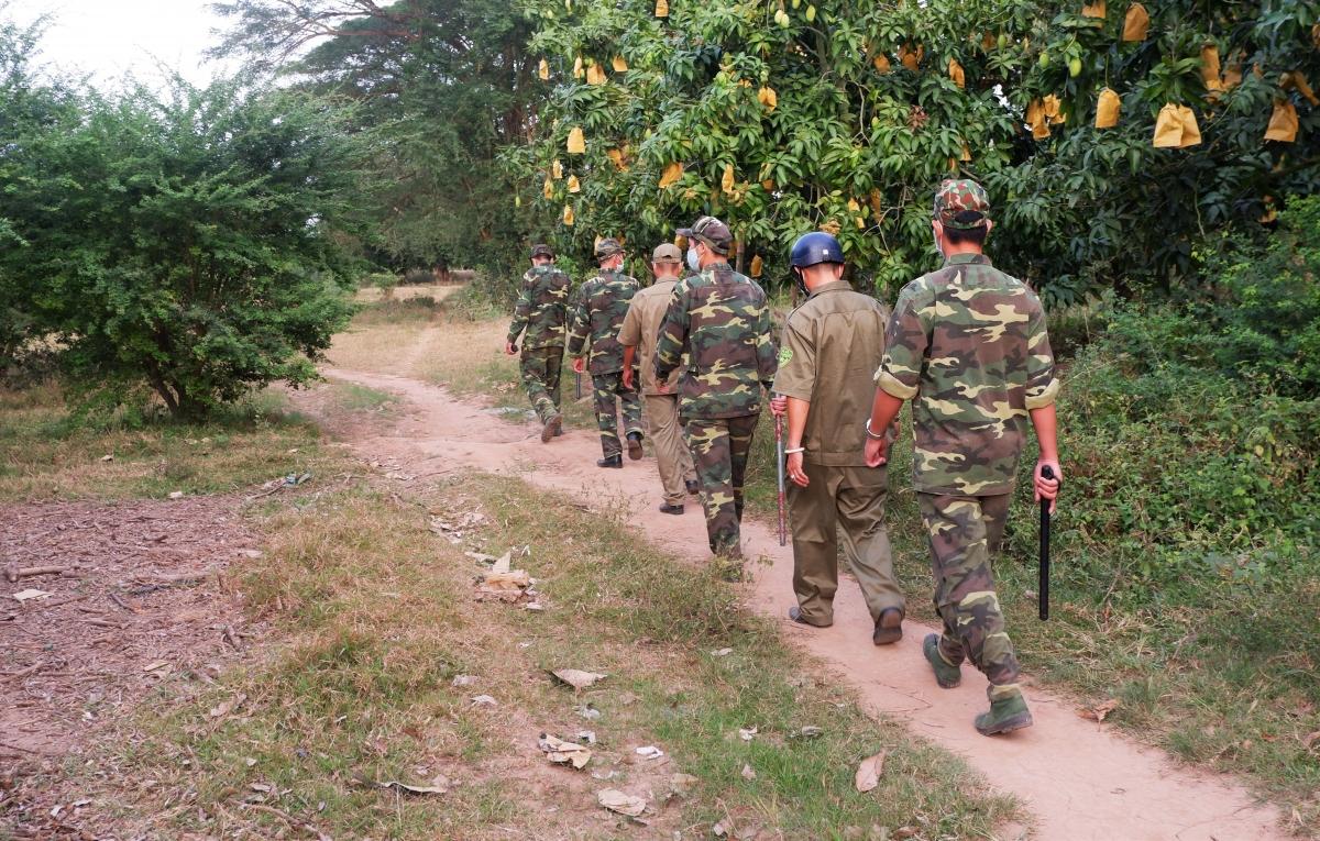 Khu vực biên giới của tỉnh An Giang có nhiều đường mòn, lối mở rất khó khăn trong việc kiểm soát người qua lại biên giới.