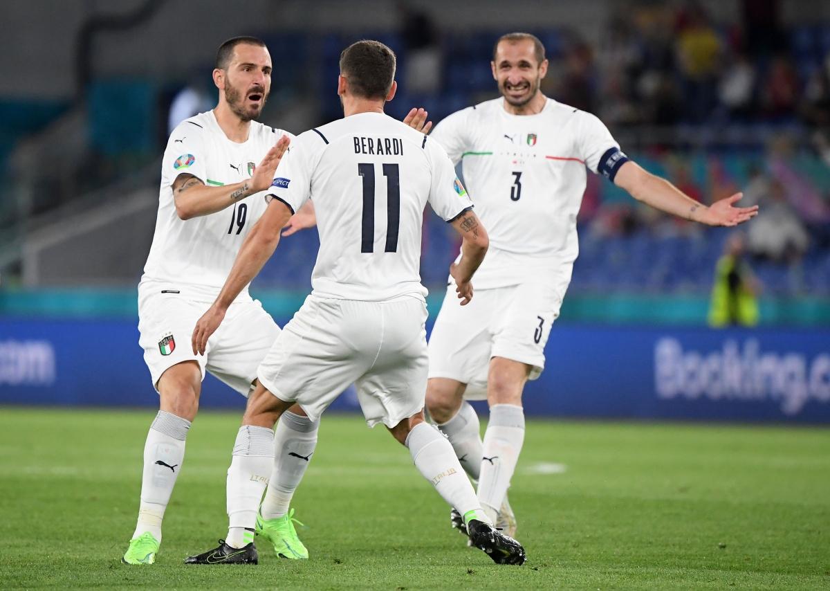Các cầu thủ Italia ăn mừng bàn thắng.