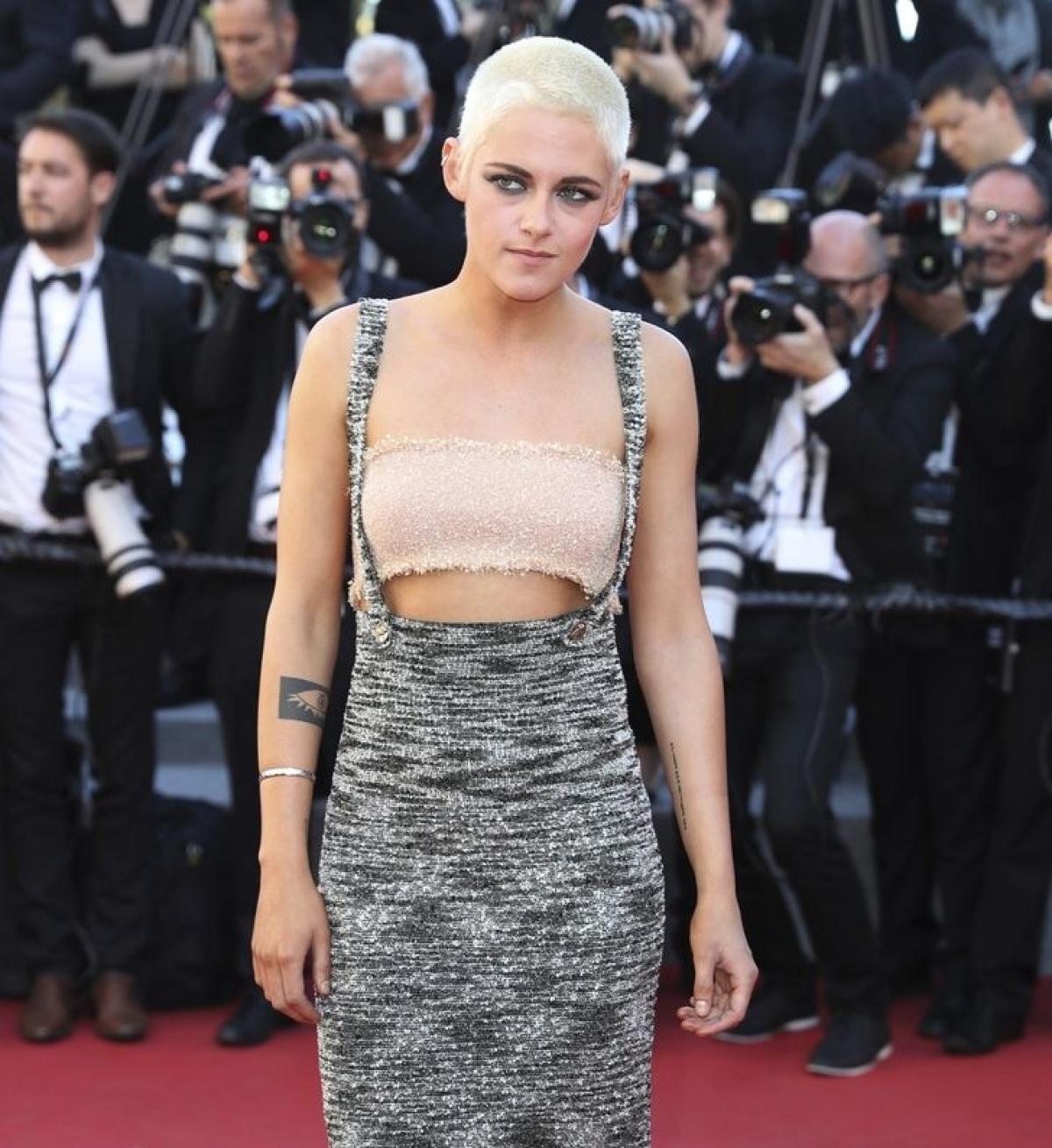 Kristen Stewart đến buổi công chiếu tại Liên hoan phim Cannes vớitrang phụcđơn giản đến lạ thường:áo quây và váy dài.Hóa ra, đó là một chiếc váy của Chanel.
