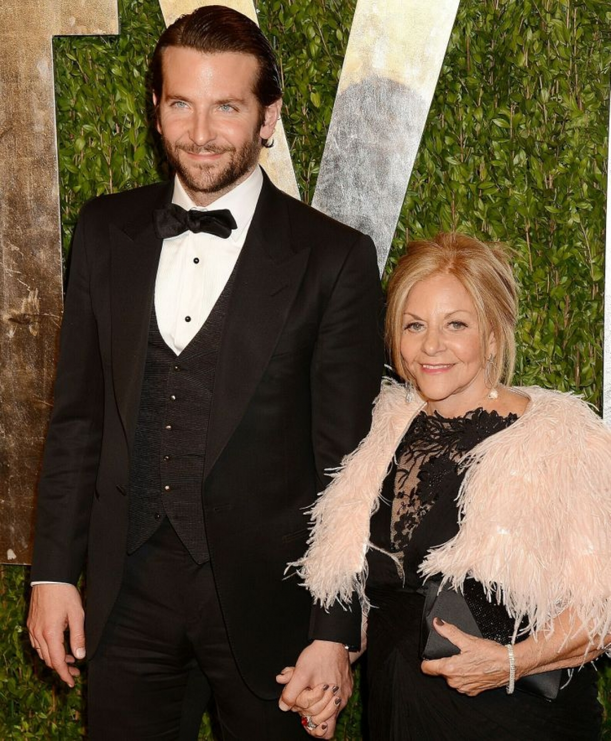 Bradley Cooper và Gloria Campano tại Vanity Fair Oscar Party năm 2013.