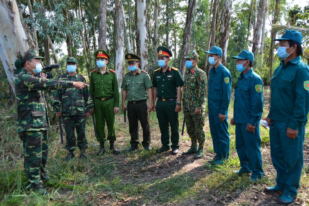 Một buổi hội ý nhanh của các lực lượng sau khi tuần tra.