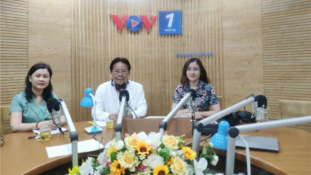 ÔngNghiêm Vũ Khải (ảnh giữa) và bà Nguyễn Phương Thủy (ảnh trái) tại chương trình Đối thoại.